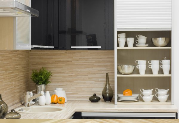 Глянцевые поверхности – лучший выбор для малогабаритной кухни