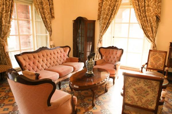 Как визуально увеличить гостиную с помощью текстиля