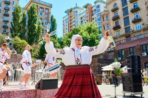 Верка Сердючка устроила жаркие танцы в фонтане на Крещатике