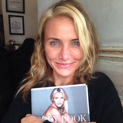 Сейчас у Камерон Диас нет комплексов по поводу своей кожи, и она показывает поклонникам свои снимки без макияжа