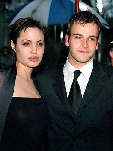 Анджелина Джоли хочет пригласить на свадьбу с Брэдом Питтом первого супруга Джонни Ли Миллера