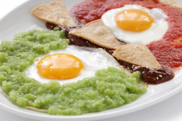 Huevos divorciados готовят в Мексике на завтрак