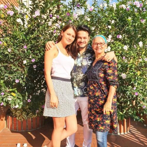 Эктор Хименес-Браво с мамой и девушкой