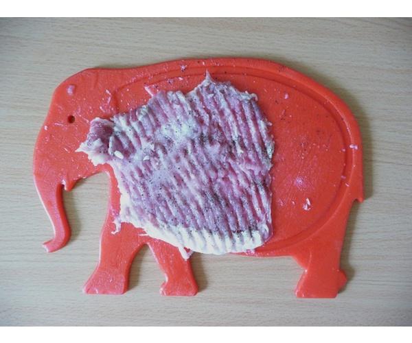 Отбить мясо, посолить, поперчить.