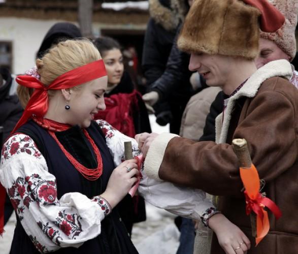 Гости Этнографического центра Украинское село поучавствуют в обряде Колодки
