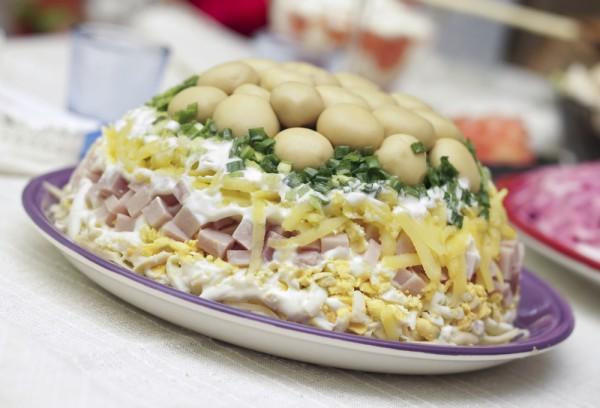 Слоеный новогодний салат Грибная поляна