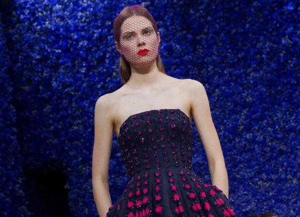 Неделя моды в Париже Париже всегда закрывает сезон и считается самой авторитетной в мире моды