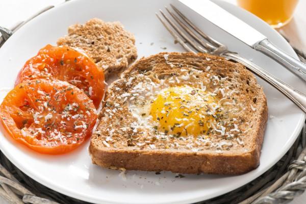Яйцо жареное хлебе рецепт фото