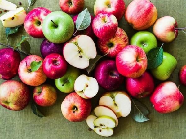 Яблоки помогут уменьшить отечность вокруг глаз
