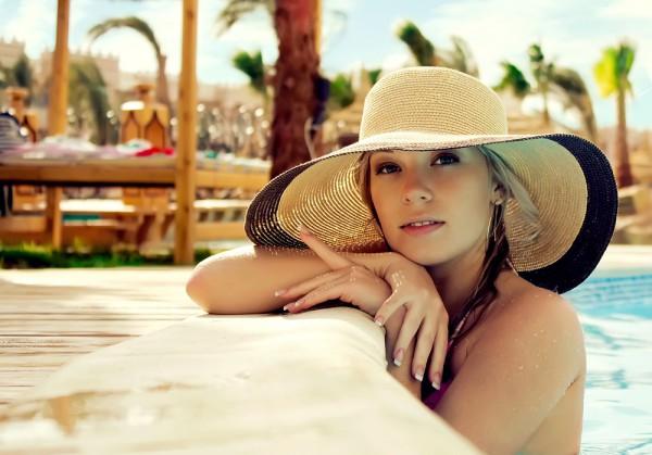 Пребывая в жарких странах носи головные уборы, которые дают тень на глаза и лицо