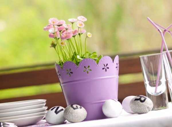 Выбирая классическую белую посуду, разбавь ее необычными цветочными композициями и оригинальным узором на пасхальных яйцах