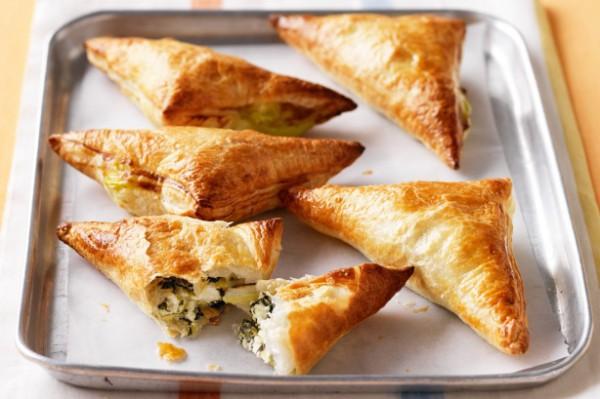 Пирожки из слоеного теста с творогом и зеленью