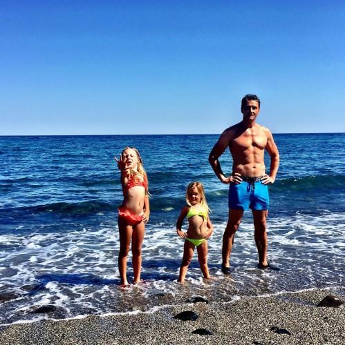 Муж Глюкозы Александр Чистяков вместе с 3-летней Верой и 7-летней Лидой