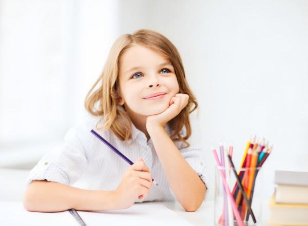 Девочка учит таблицу умножения