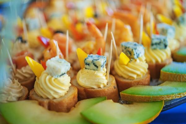Рецепт                  Новогодние канапе с голубым сыром и дыней