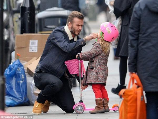 Дэвид Бекхэм гуляет с трехлетней дочерью в Лондоне, Англия
