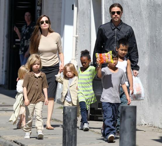 Брэд и Джоли со своими детьми