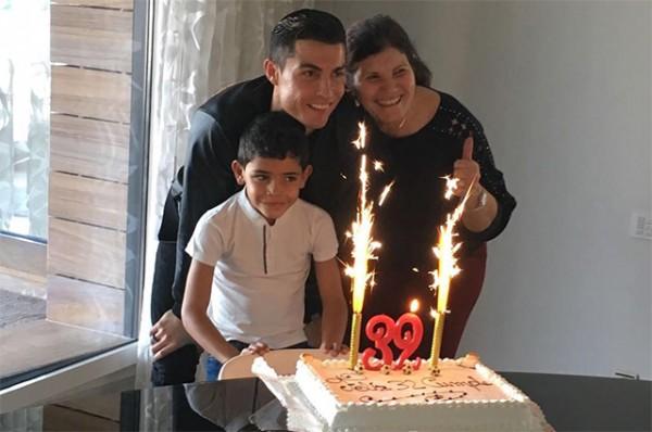 Роналду отпраздновал собственный день рождения смамой