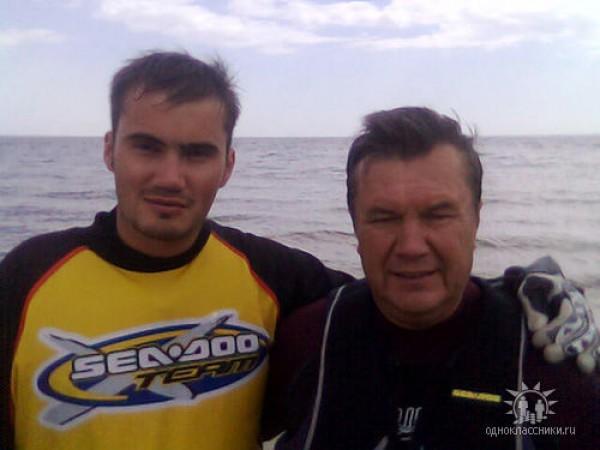 Виктор со своим отцом Виктором Федоровичем Януковичем
