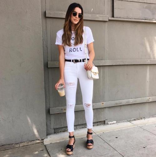 Белая футболка в сочетании с джинсами в тон