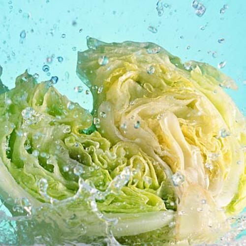 Салат Айсберг. Содержание воды: 95,6%. Специалисты области здравоохранения часто обходят его вниманием, рекомендуя включать в меню больше зелени насыщенного зеленого цвета, как шпинат или ромен-салат, поскольку они содержат больше клетчатки и таких питательных веществ, как фолиевая кислота и витамин К. Однако когда речь заходит о содержании воды, здесь рекордсмен салат Айсберг.