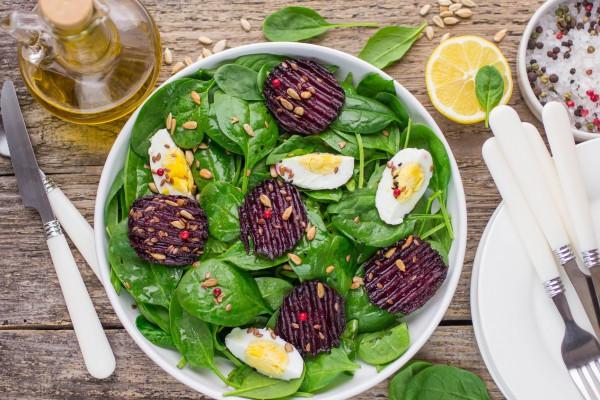 Салат из шпината со свеклой