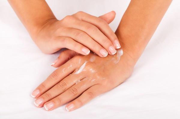 Сохраняем молодость кожи рук в домашних условиях