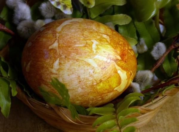 Пасхальные яйца, окрашенные луковой шелухой