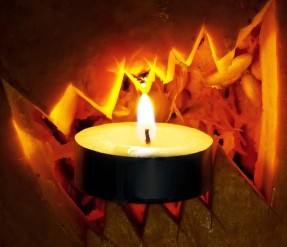 Осветить фонарик можно с помощью свечи или электрогирлянды