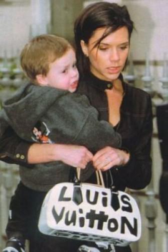 Раньше Виктория Бекхэм носила поддельную сумку Louis Vuitton