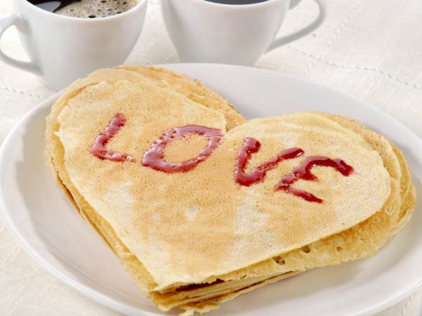 Блины в виде сердца на День всех влюбленных