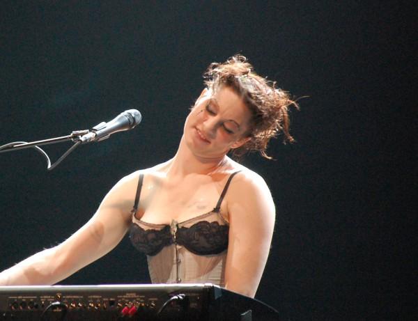 абсолютно голая певица на сцене