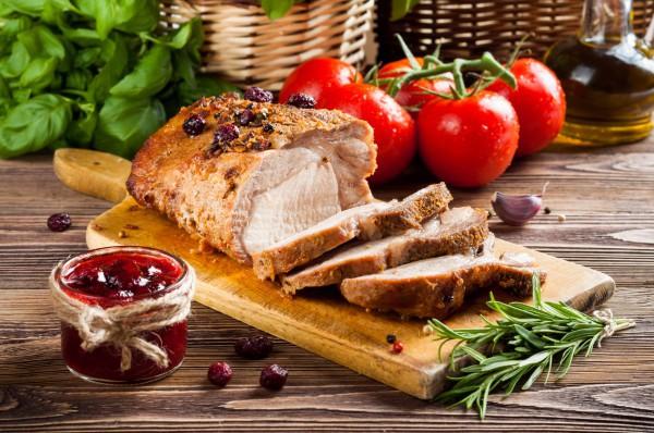 Пасхальный стол отличается обилием мясным блюд