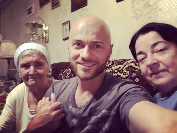 Влад Яма с мамой и бабушкой