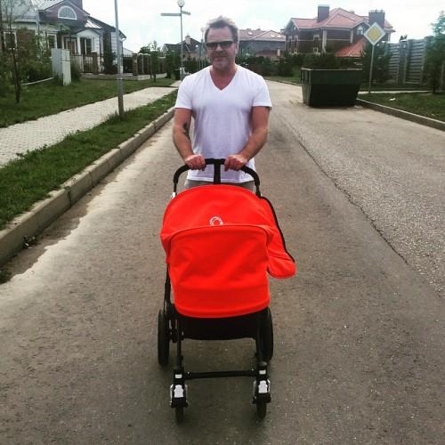 Владимир Пресняков-младший гуляет с сыном