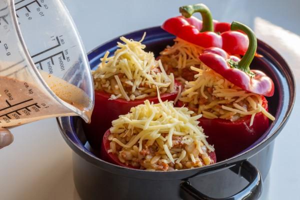 Влить разбавленный томатный соус и масло.