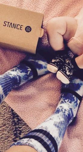 Ножки новорожденной Кайи-Евдокии и Хайден Панеттьери в носках от модного бренда