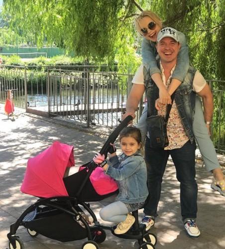 Лилия Ребрик с семьёй