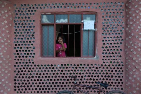 Дом эконом-варианта из стеклянных и пластмасовых бутылок в бутылочном поселке Боливии