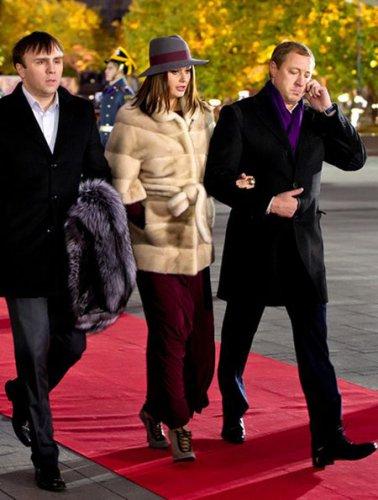 Красавица Оксана нежно держится за руку супруга