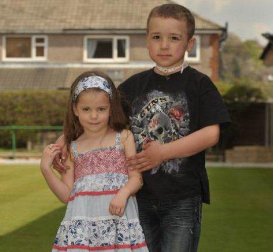 Джек вместе со своей лучшей подругой Скарлет Доусон, которая нормального для своего возраста роста