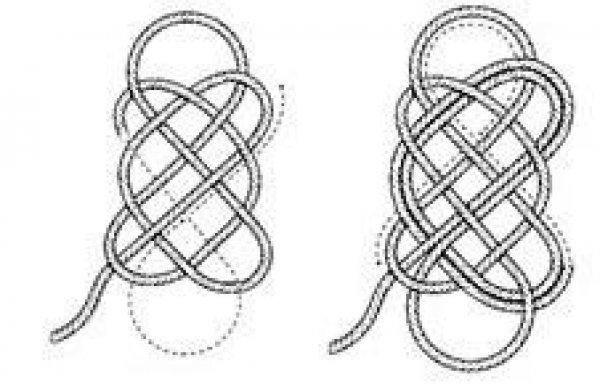 Дальше работаем с длинным концом веревки, вернее, с рулоном, который постепенно надо будет разматывать. Плетем вдоль уже образовавшихся линий - основы, повторяя ход веревки (пропуская под низ или наверх).