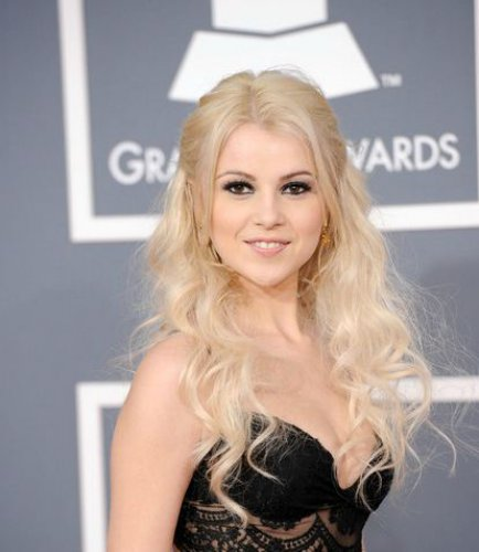 Мика Ньютон появилась на красной дорожке Grammy Awards 2012