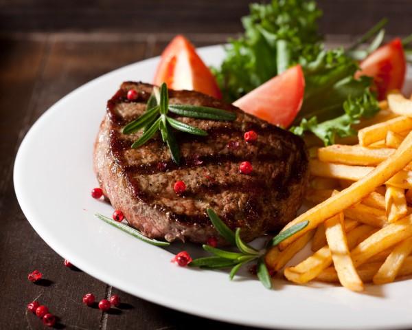 Подавай 23 февраля бифштекс с жареным картофелем и салатом