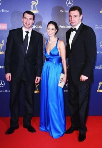 Виталий Кличко (справа) с братом и женой