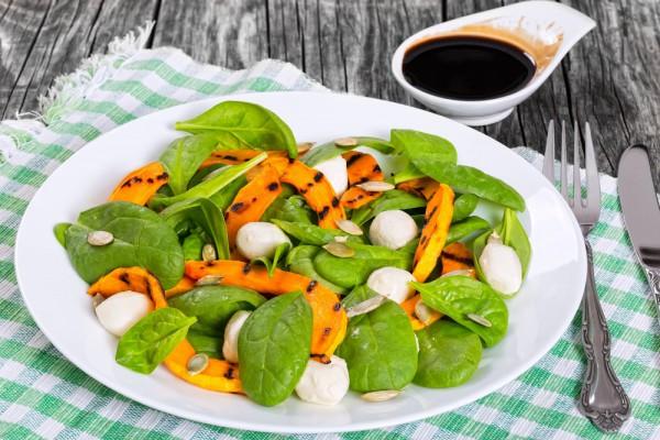Салат с тыквой, шпинатом и моцареллой