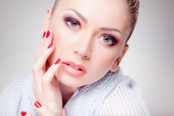 Чтобы продлить молодость борись с факторами, которые оказывают негативное воздействие на состояние твоей кожи