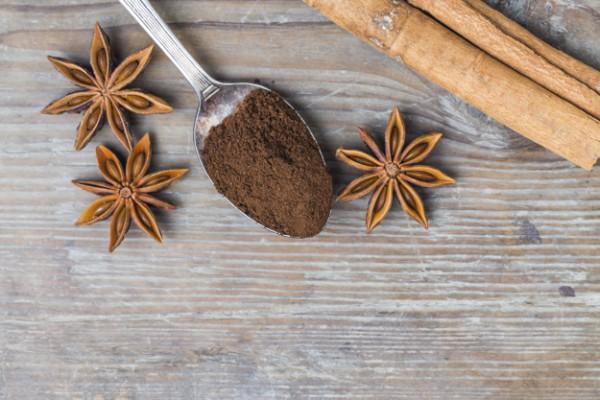 В кофе можно добавлять как молотую корицу, так и коричные палочки