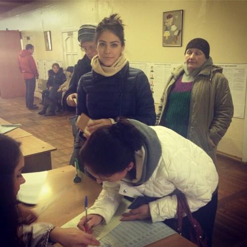 Маша Собко с мамой на избирательном участке