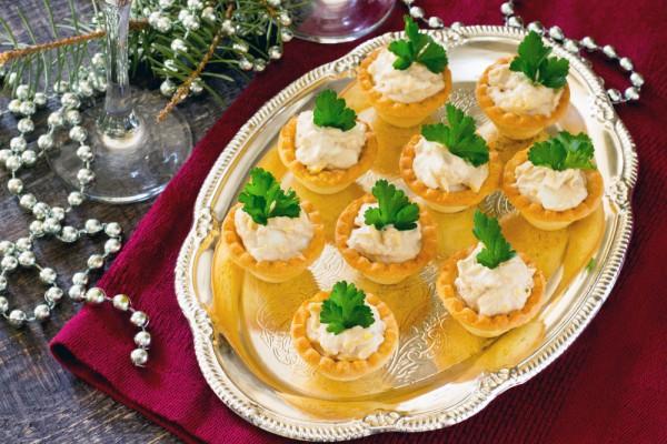 Новогодняя закуска: тарталетки с паштетом из сельди